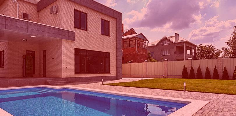 Casa com piscina: quais são as vantagens e desvantagens