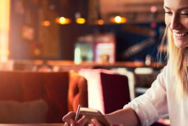 empreendedora cuidando de sua administração financeira para comprar imóvel